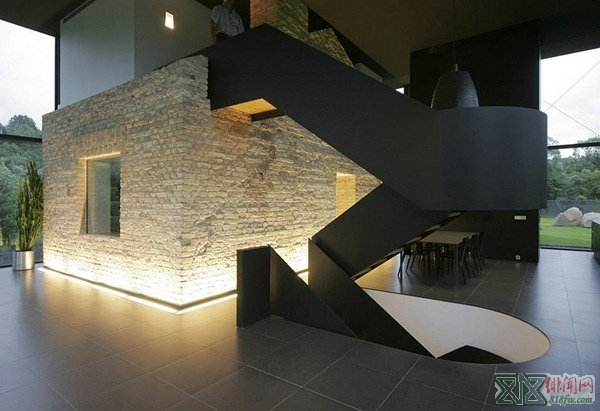 Contrast-of-textures-and-styles-with-the-staircase